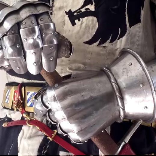 Médiéval... revêtir une armure du XIVᵉ siècle