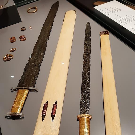 Le trésor de Pouan près de Troyes, et la magnifique épée damassée issu d'une tombe aristocratique Germaine du Vᵉ siècle