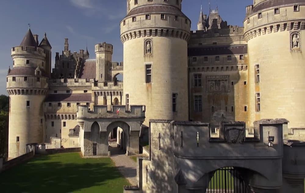Confinement : les Musées et Monuments Nationaux sortent le grand jeu pour se cultiver à la maison #CultureChezNous : survol du château de Pierrefonds