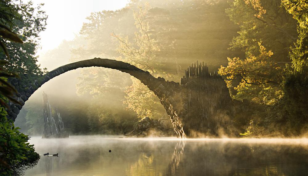 Le « Pont du Diable » situé dans le Parc d'azalées et de rhododendrons de Kromlau, en Allemagne