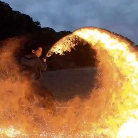 Katana + feu, le combo ultime de l'esthétique guerrière japonaise